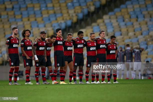 Players of Flamengo stand on the halfway line during the penalty shootout during the match between Flamengo and Fluminense as part of the Taca Rio...