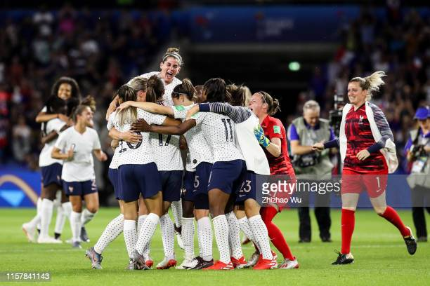 Players of France celebrate the victory after the 2019 FIFA Women's World Cup France Round Of 16 match between France and Brazil at Stade Oceane on...