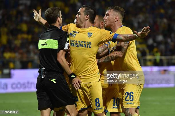 Players of Frosinone protest during the serie B playoff match final between Frosinone Calcio v US Citta di Palermo at Stadio Benito Stirpe on June 16...