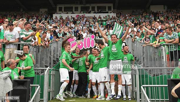 Players of Fuerth of Fuerth celebrate promotion after the Second League match between SpVgg Greuther Fuerth and Fortuna Duesseldorf at the...