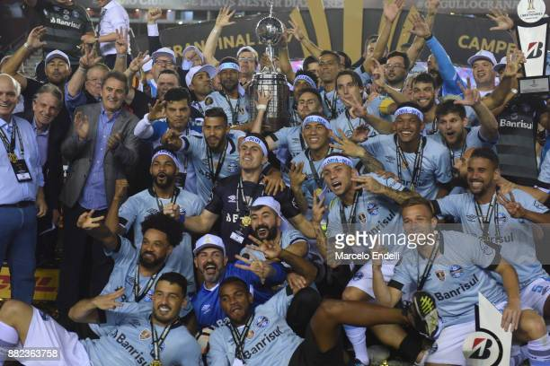 Players of Gremio celebrate after winning the Copa CONMEBOL Libertadores Bridgestone after the second leg match between Lanus and Gremio as part of...