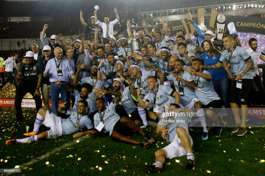 Players of Gremio celebrate with the trophy after winning the second leg match between Lanus and Gremio as part of Copa Bridgestone Libertadores 2017 Final at Ciudad de Lanus Stadium on November 29, 2017 in Lanus, Argentina.