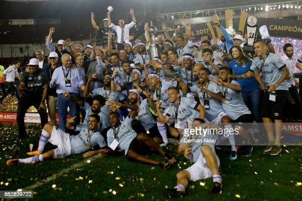 Players of Gremio celebrate with the trophy after winning the second leg match between Lanus and Gremio as part of Copa Bridgestone Libertadores 2017...