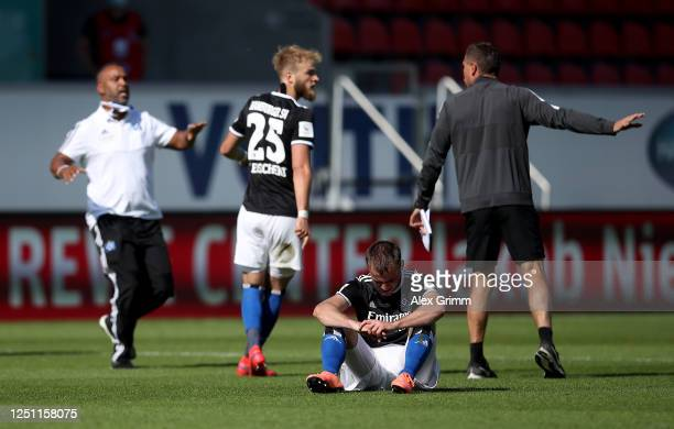 Players of Hamburg look dejected after the Second Bundesliga match between 1. FC Heidenheim 1846 and Hamburger SV at Voith-Arena on June 21, 2020 in...