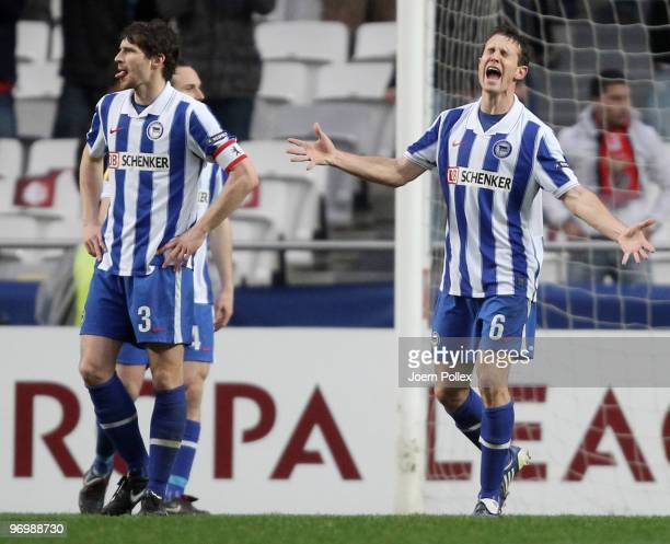 Players of Hertha are seen during the UEFA Europa League knockout round second leg match between SL Benfica Lisbon and Hertha BSC at the Estádio da...