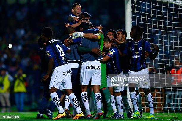Players of Independiente celebrate after winning a second leg match between Pumas UNAM and Independiente del Valle as part of quarter finals of Copa...