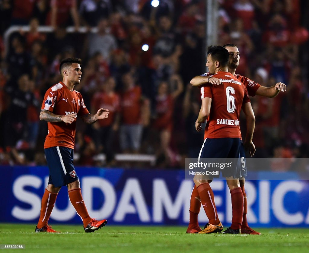 Players of Independiente celebrate after winning the first leg of the Copa Sudamericana 2017 final between Independiente and Flamengo at Estadio Libertadores de America on December 6, 2017 in Avellaneda, Argentina.