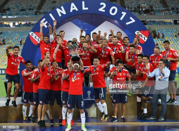 Players of Independiente celebrate with the trophy after victory of the Copa Sudamericana 2017 final between Flamengo and Independiente at Maracana...