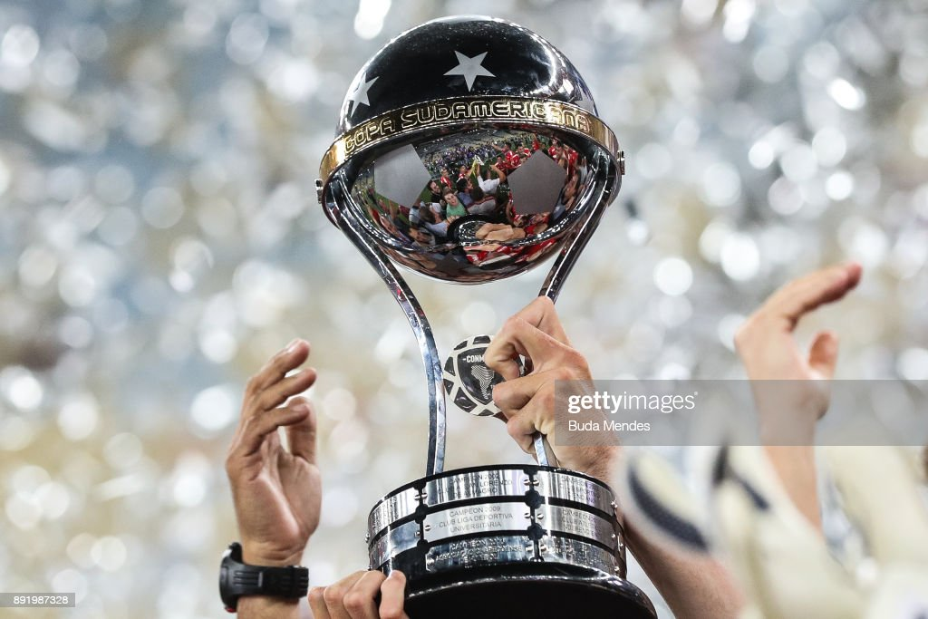 Players of Independiente celebrate with the trophy after victory of the Copa Sudamericana 2017 final between Flamengo and Independiente at Maracana stadium on December 13, 2017 in Rio de Janeiro, Brazil.