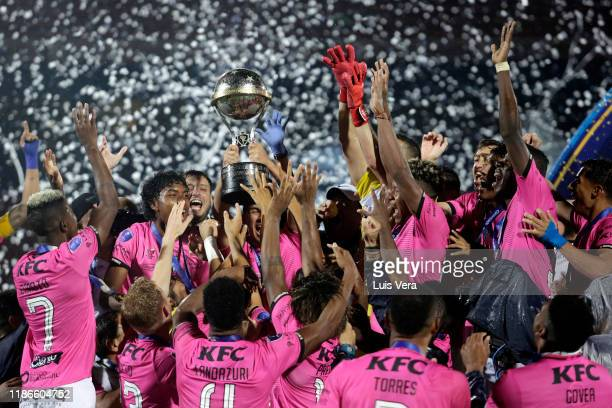 Players of Independiente del Valle lift the trophy after winning the final of Copa CONMEBOL Sudamericana 2019 between Colon and Independiente del...