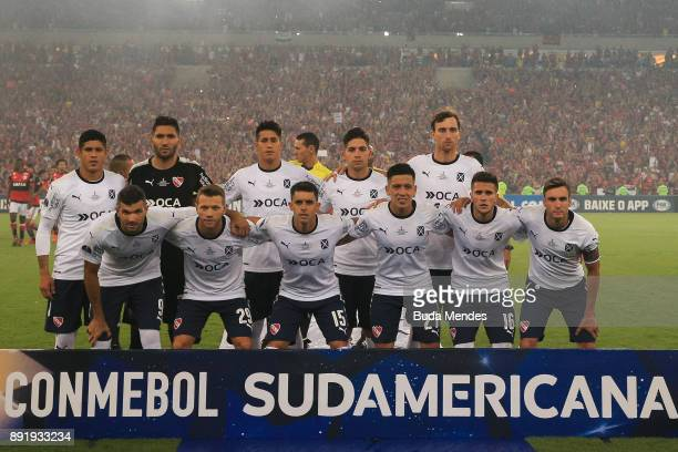 Players of Independiente line up for a picture during the second leg of the Copa Sudamericana 2017 final between Flamengo and Independiente at...