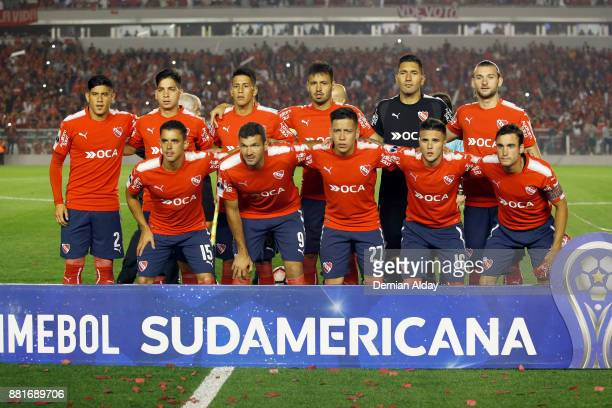 Players of Independiente pose for a photo prior a second leg match between Independiente and Libertad as part of the semifinals of Copa CONMEBOL...