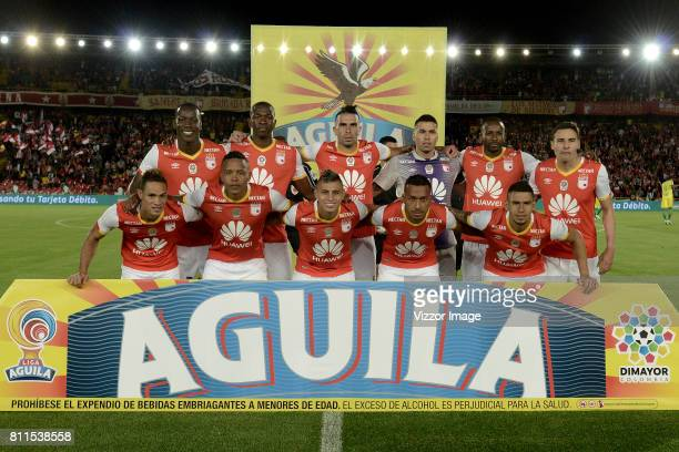 Players of Independiente Santa Fe pose for a team photo prior to the match between Independiente Santa Fe and Atletico Nacional as part of Liga...