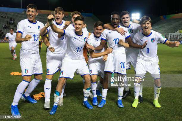 Players of Italy celebrate the victory during the FIFA U17 Men's World Cup Brazil 2019 group F match between Mexico and Italy at Valmir Campelo...