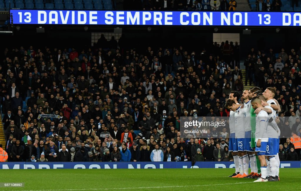 Players of Italy observe a minutes silence in memory of Davide Astori prior to the International friendly match between Italy and Argentina at Etihad Stadium on March 23, 2018 in Manchester, England.