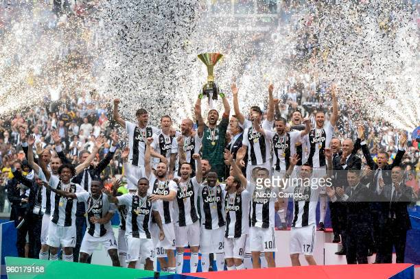 Players of Juventus celebrate with the Italian League's trophy during a ceremony following the Italian Serie A football match between Juventus FC and...