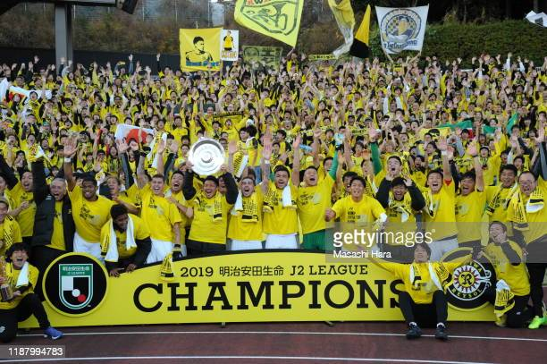 Players of Kashiwa Reysol celebrate with supporters after the J.League J2 match between Machida Zelvia and Kashiwa Reysol at Machida City Athletic...