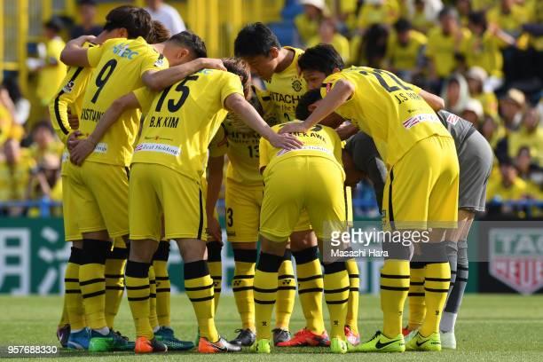 Players of Kashiwa Reysol make the huddle during the JLeague J1 match between Kashiwa Reysol and Kawasaki Frontale at Sankyo Frontier Kashiwa Stadium...