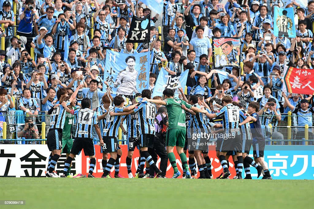 Players of Kawasaki Frontale celebrate after their 3-1 win in the J.League match between Kashiwa Reysol and Kawasaki Frontale on May 08, 2016 in Kashiwa, Chiba,Japan.