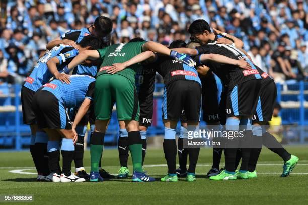 Players of Kawasaki Frontale make the huddle during the JLeague J1 match between Kashiwa Reysol and Kawasaki Frontale at Sankyo Frontier Kashiwa...