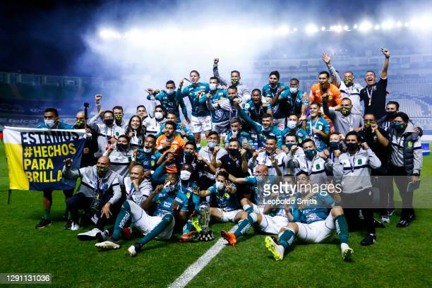 Players of Leon celebrate their championship after defeating Pumas UNAM in the Final second leg match between Leon and Pumas UNAM as part of the...