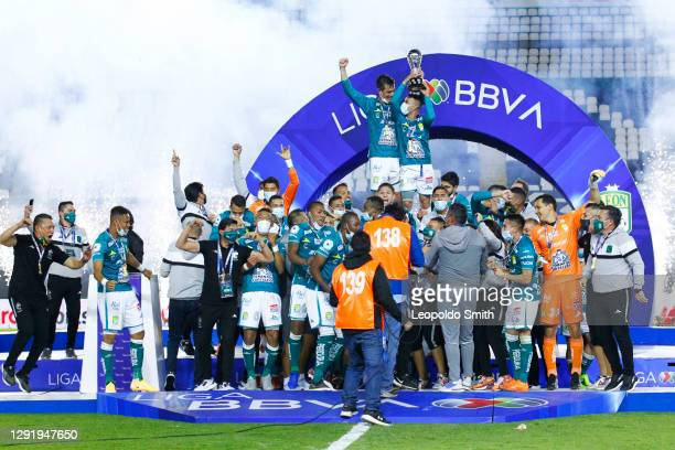 Players of Leon celebrate their victory after the Final second leg match between Leon and Pumas UNAM as part of the Torneo Guard1anes 2020 Liga MX at...