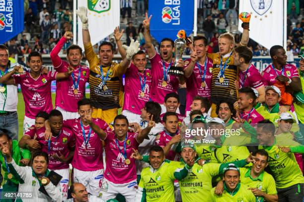 Players of Leon lift the trophy after winning the second leg final match between Pachuca and León as part of Clausura 2014 Liga MX at Hidalgo Stadium...