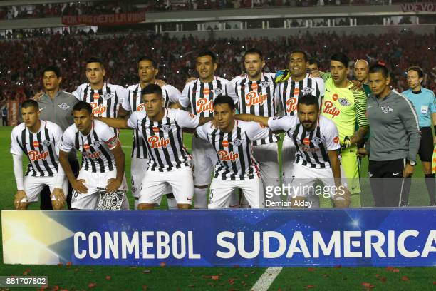 Players of Libertad pose for a photo prior a second leg match between Independiente and Libertad as part of the semifinals of Copa CONMEBOL...