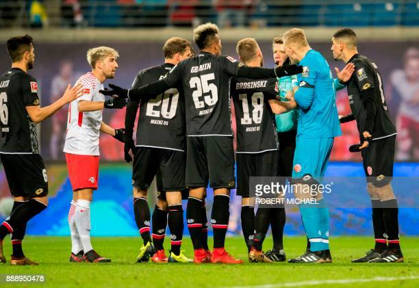Players of Mainz and Leipzig´s Slovanian midfielder Kevin Kampl discuss with Referee Patrick Ittrich during the German first division Bundesliga...