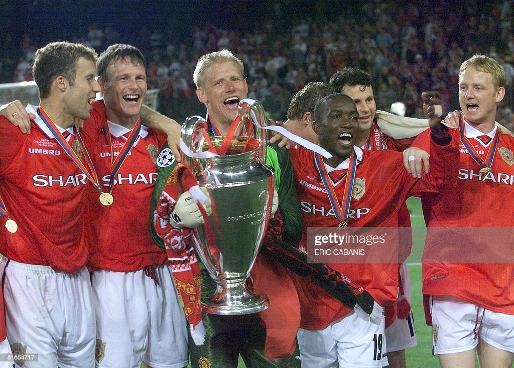 players of Manchester United jubilate with the tro : News Photo