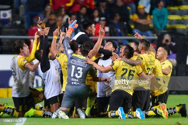 Players of Morelia celebrate after scoring the first goal during the third round match between Morelia and Veracruz as part of the Torneo Clausura...