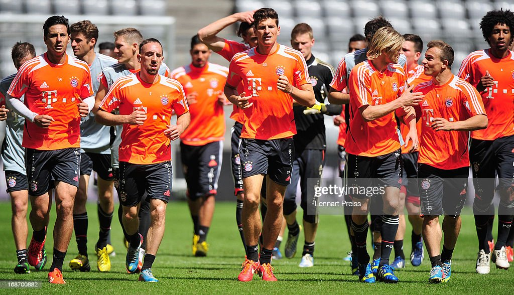 Players of Muenchen run at the end of a training session during the UEFA Champions League Finalist Media Day at Allianz Arena on May 14, 2013 in Munich, Germany.