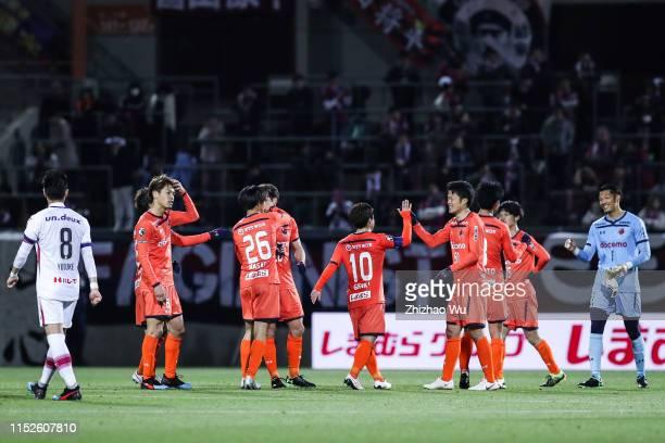 Players of Omiya Ardija celebrate the victory after the J.League J2 match between Omiya Ardija v Fagiano Okayama at Nack 5 Stadium Omiya on April 03,...