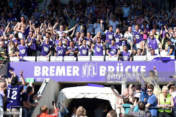 Players of Osnabrueck celebrate their teams promotion to the 2 Bundesliga after winning the 3 Liga match between VfL Osnabrueck and VfR Aalen at...