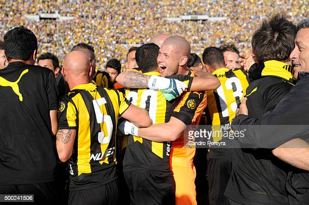 Players of Peñarol celebrate after winning a final match between Penarol and Juventud as part of Torneo Apertura 2015 at Centenario Stadium on...