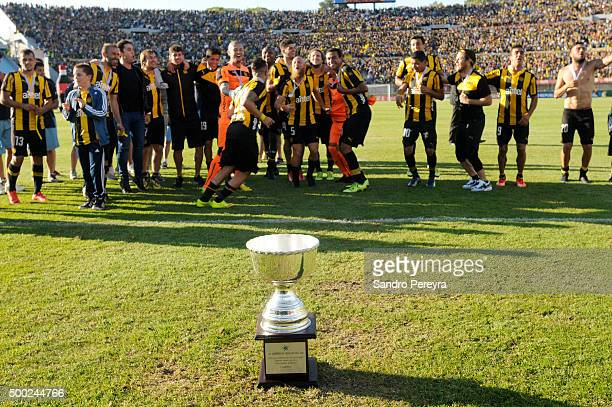 Players of Pe–ñarol celebrate after winning a final match between Penarol and Juventud as part of Torneo Apertura 2015 at Centenario Stadium on...