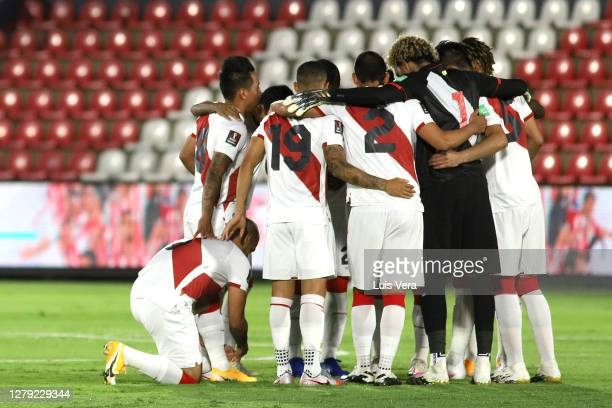 Players of Peru gather before a match between Paraguay and Peru as part of South American Qualifiers for Qatar 2022 at Estadio Defensores del Chaco...