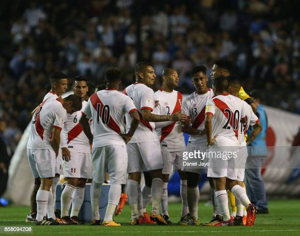 Players of Peru huddle up during a match between Argentina and Peru as part of FIFA 2018 World Cup Qualifiers at Estadio Alberto J Armando on October...