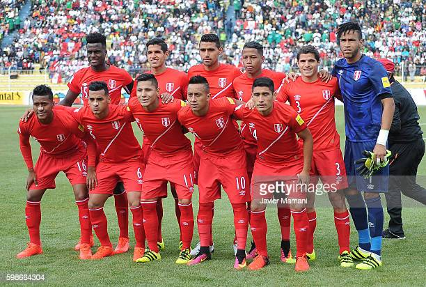 Players of Peru pose before a match between Bolivia and Peru as part of FIFA 2018 World Cup Qualifiers at Olimpico Hernando Siles Stadium on...