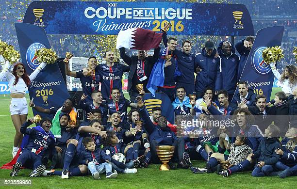Players of PSG celebrate winning the French League Cup final between Paris SaintGermain and Lille OSC at Stade de France on April 23 2016 in...