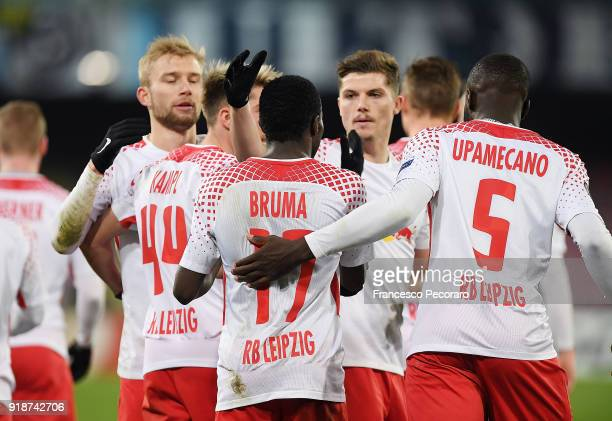 Players of RB Leipzig celebrate the 12 goal scored by Bruma during UEFA Europa League Round of 32 match between Napoli and RB Leipzig at the Stadio...