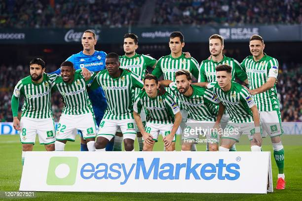 Players of Real Betis pose for a team photo during the Liga match between Real Betis Balompie and RCD Mallorca at Estadio Benito Villamarin on...