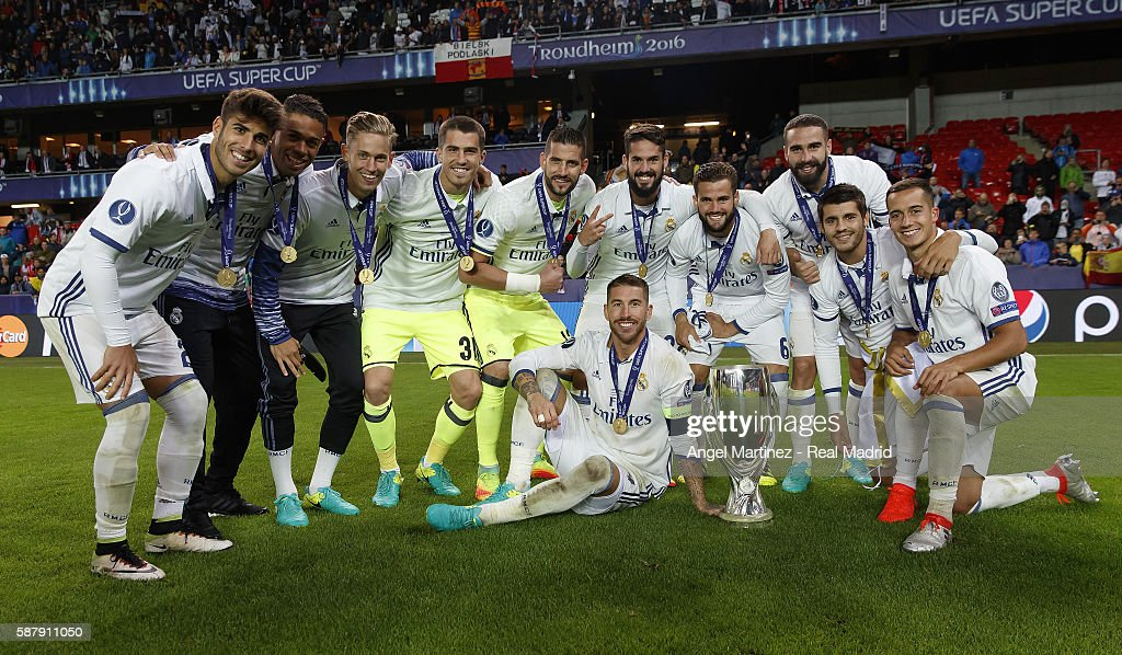 Players of Real Madrid celebrate with the trophy after the UEFA Super Cup match between Real Madrid and Sevilla at Lerkendal Stadion on August 9, 2016 in Trondheim, Norway.