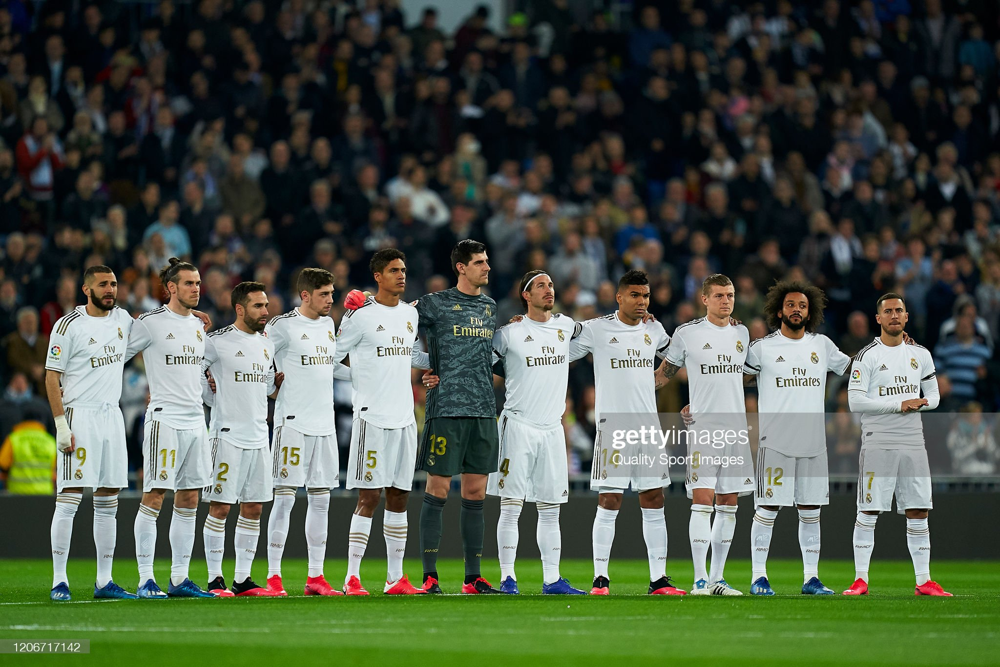 Hilo del Real Madrid - Página 3 Players-of-real-madrid-cf-poses-for-a-minute-of-silence-prior-to-the-picture-id1206717142?s=2048x2048