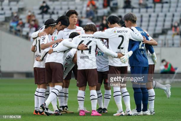 Players of Renofa Yamaguchi huddle during the J.League Meiji Yasuda J2 match between Tokyo Verdy and Renofa Yamaguchi at Ajinomoto Stadium on April...