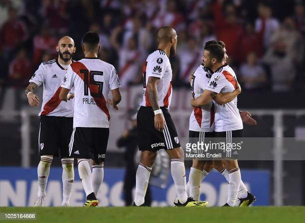 Players of River Plate celebrate after qualifying to the quarterfinals of Copa CONMEBOL Libertadores at Antonio Vespucio Liberti Stadium on August 29...