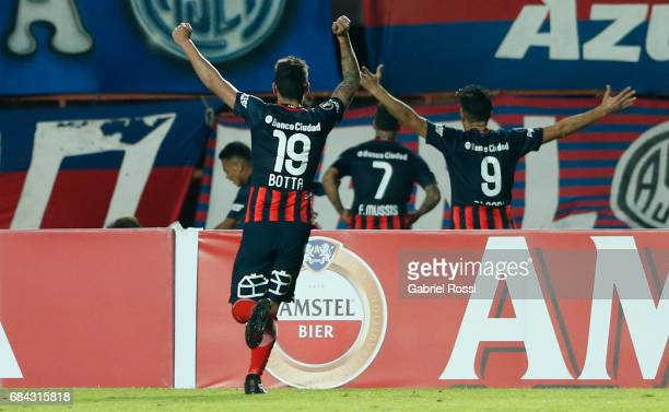 Players of San Lorenzo celebrate a goal scored by Fernando Belluschi of San Lorenzo during a group stage match between San Lorenzo and Flamengo as...