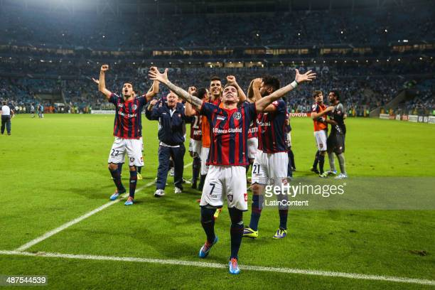 Players of San Lorenzo celebrate after winning the match between Gremio v San Lorenzo as part of round of sixteen of Copa Bridgestone Libertadores...
