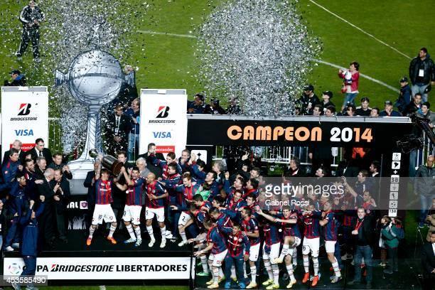 Players of San Lorenzo celebrate winning the Copa Bridgestone Libertadores after the second leg final match between San Lorenzo and Nacional as part...