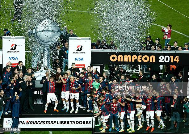 Players of San Lorenzo celebrate with the trophy after the second leg final match between San Lorenzo and Nacional as part of Copa Bridgestone...